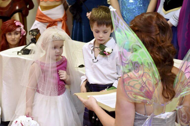 Menina com câncer terminal realiza sonho de 'casar' com o melhor amigo