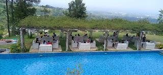 foto dari atas pemadangan seputar kolam renang