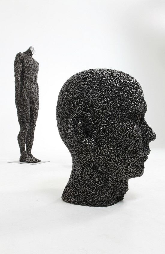 Escultura de hombre con cadenas