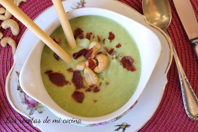 Crema de brocoli con escamas de jamón y anacardos
