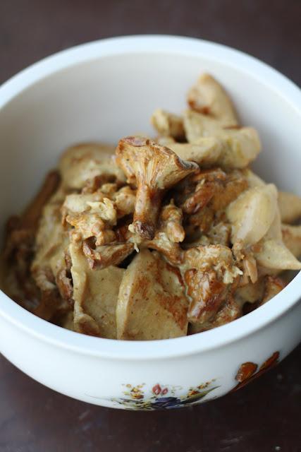 Piletina sa lisičarkama u kremastom sosu