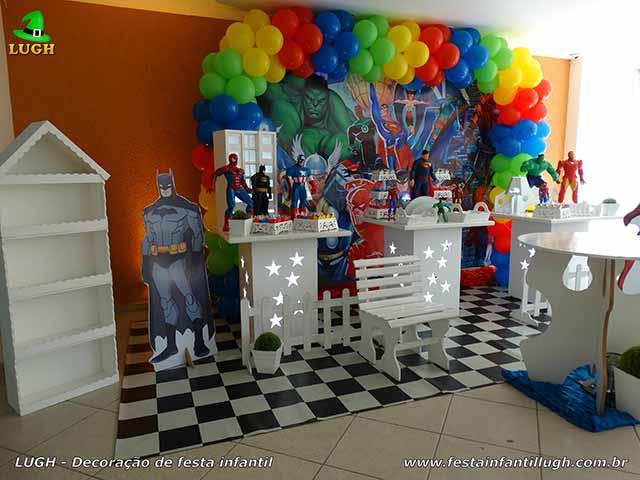 Mesa do parabéns decorada com Super-Heróis - Decoração festa de aniversário