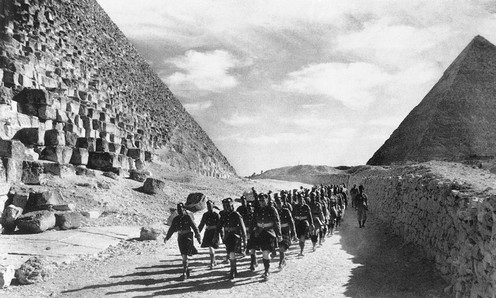 9 December 1940 worldwartwo.filminspector.com Great Pyramid Egypt Cameron Highlanders