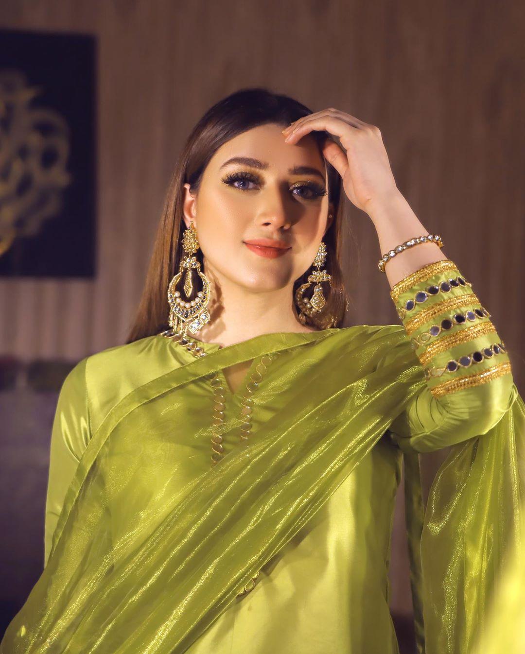 Momina iqbal age