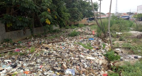 Warga Keluhkan Bau Menyengat dari Sampah di Sungai Bojonggede