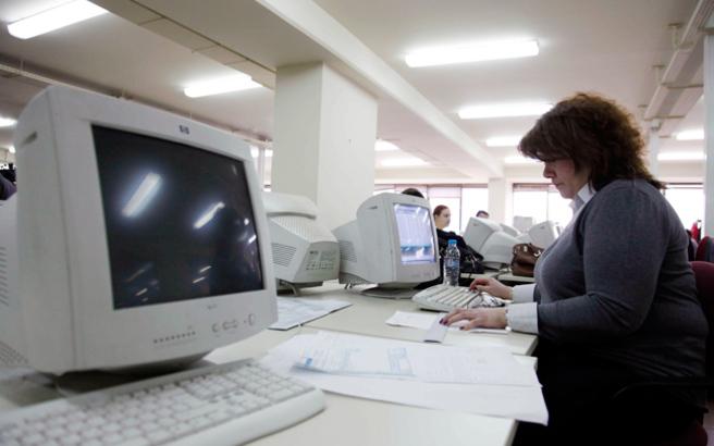 Πόσο μειώνονται οι μισθοί των δημοσίων υπαλλήλων από το νέο έτος