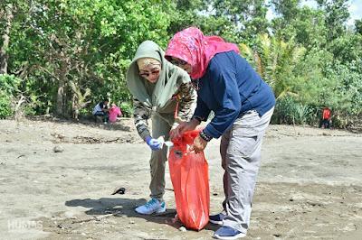 Bersih-Bersih Tempat Wisata, Istri Bupati Trenggalek Ajak Masyarakat Jaga Kebersihan