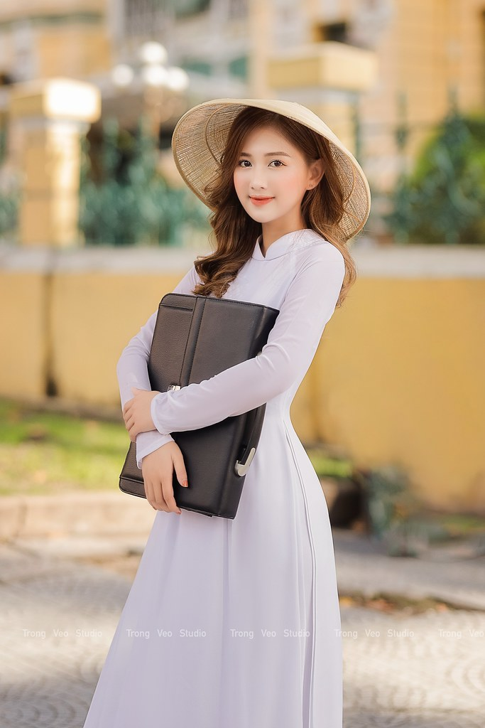Ngắm hot Girl Thu Hương xinh đẹp như hóa trong tà áo dài trắng bên cúc họa mi - 11