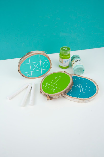 Father's Day Wood Slice Chalkboard Games Tutorial by Jen Gallacher for www.jengallacher.com #woodslices #acrylicpaint #fathersday #fathersdaygift #jengallacher