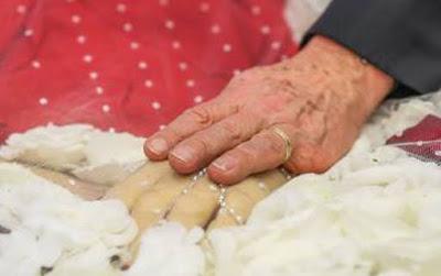 mão de Lula sobre a de dona Marisa no velório