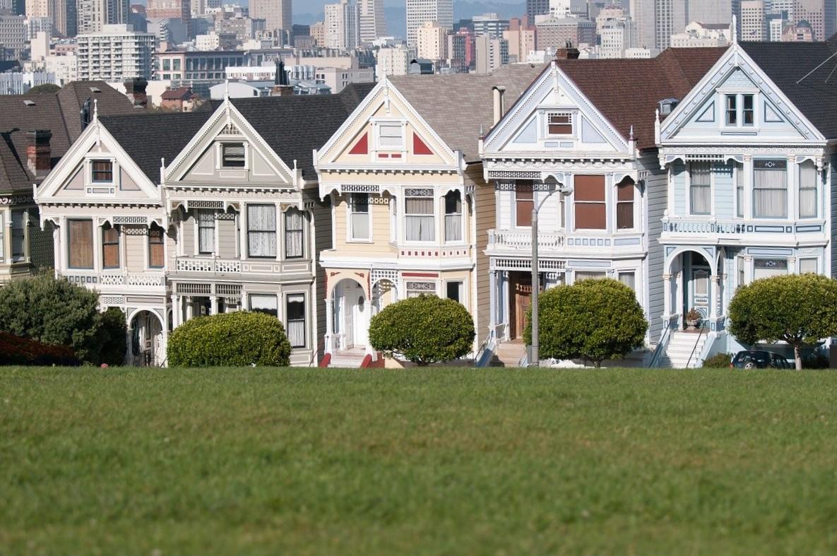 5 casas coloridas em um parque americano