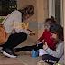 Εικόνες ντροπής στο Ρέθυμνο: Μητέρα κάθεται σε πεζούλι με τα 2 παιδιά της για να παρακολουθήσουν τα μαθήματα | ΦΩΤΟ