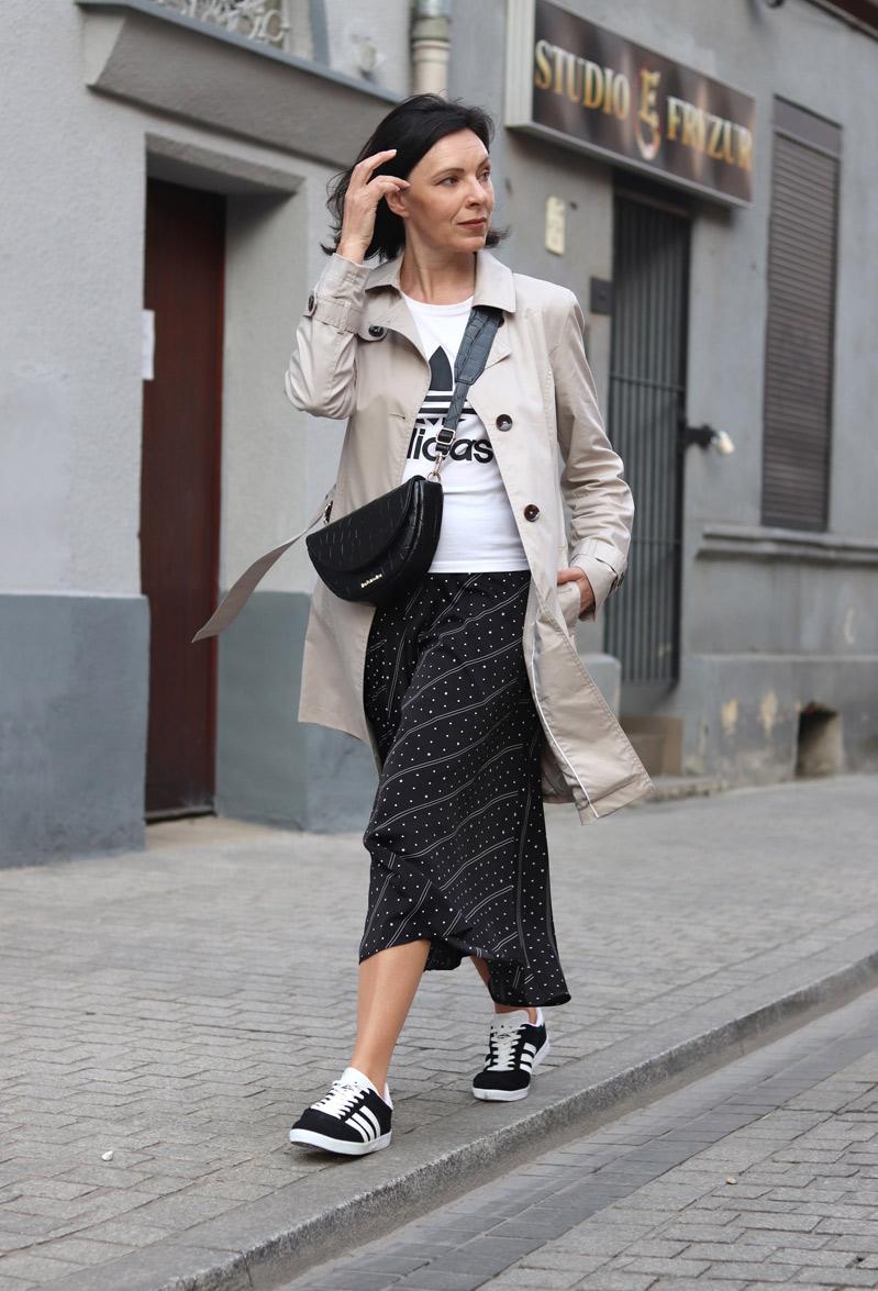 spódnica plisowana i sneakersy stylizacje
