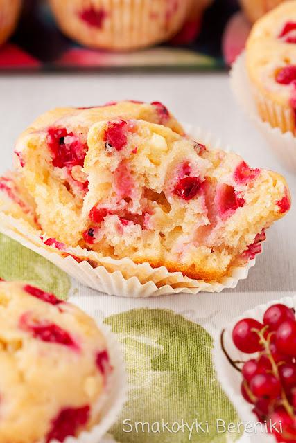 Muffiny z białą czekoladą i czerwoną porzeczką