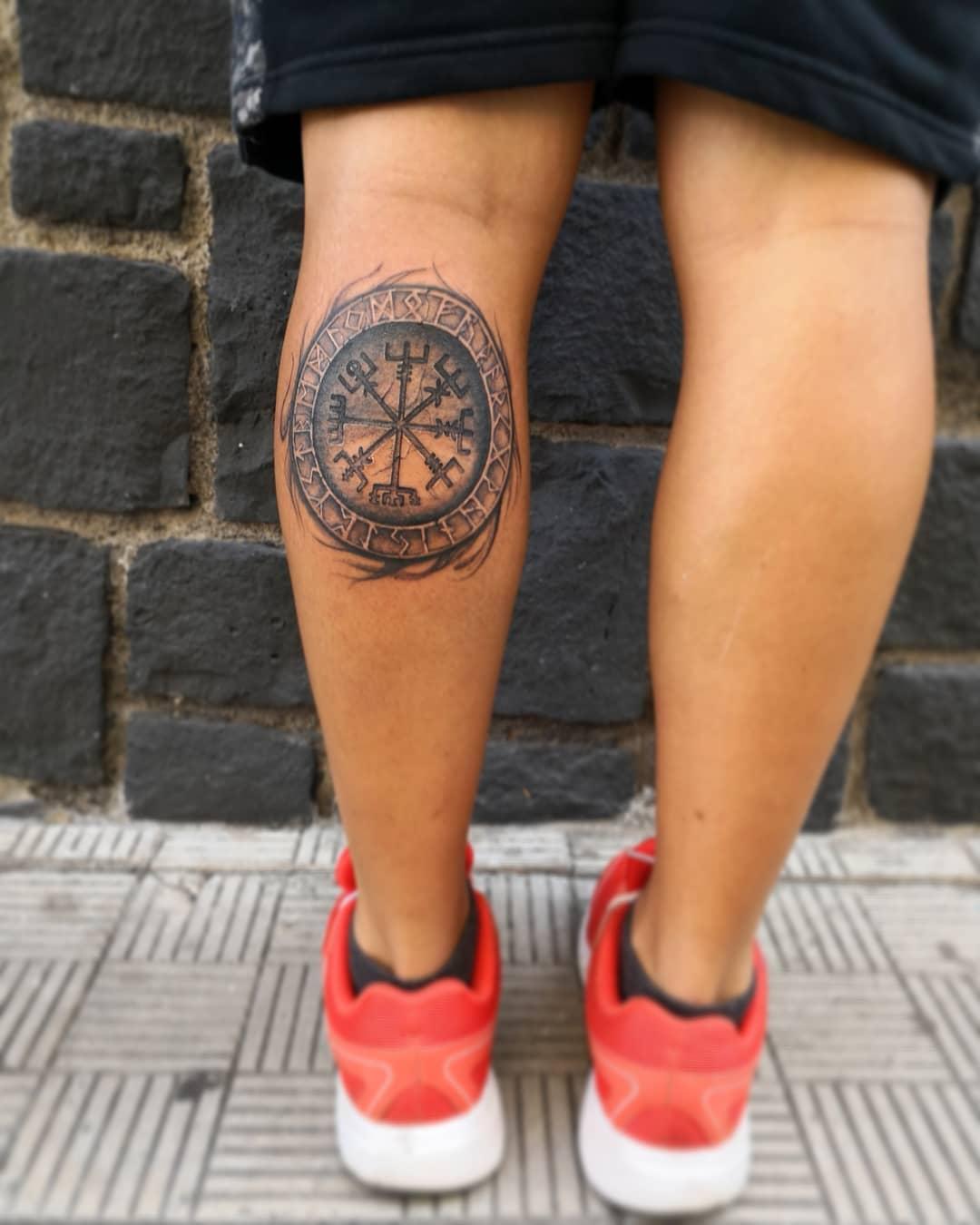 tatuaje de vegvisir vikingo en la pantorrilla