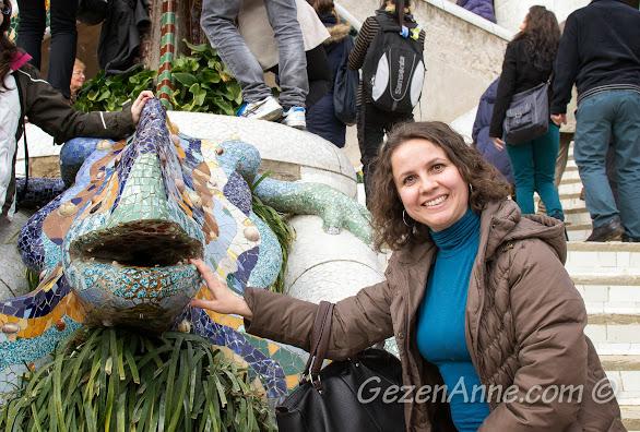 Park Güell'de Barselona'nın simgesi Gaudi eseri ejderha ile