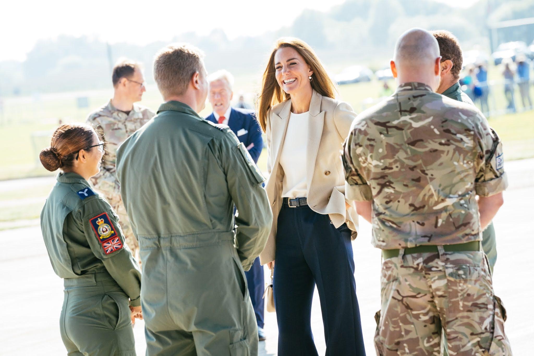 Wizyta księżnej Kate w RAF Brize Norton w Oxfordshire + Książę William na ulicach Londynu + Nowe zdjęcia Kate, George'a i Charlotte! + więcej