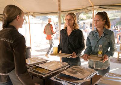 Madison Clark (Kim Dickens) ed Alicia Clark (Alycia Debnam-Carey) nell'episodio 3