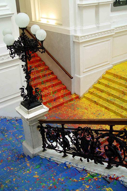 Artista Leon Tarasewicz cubre la escaleras del Gran Salón de la Galería Nacional de Polonia con salpicaduras de pintura