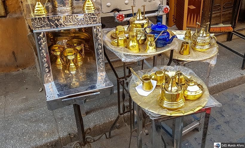Prataria no Bazar Khan-el-Khalili no Cairo Velho - Egito