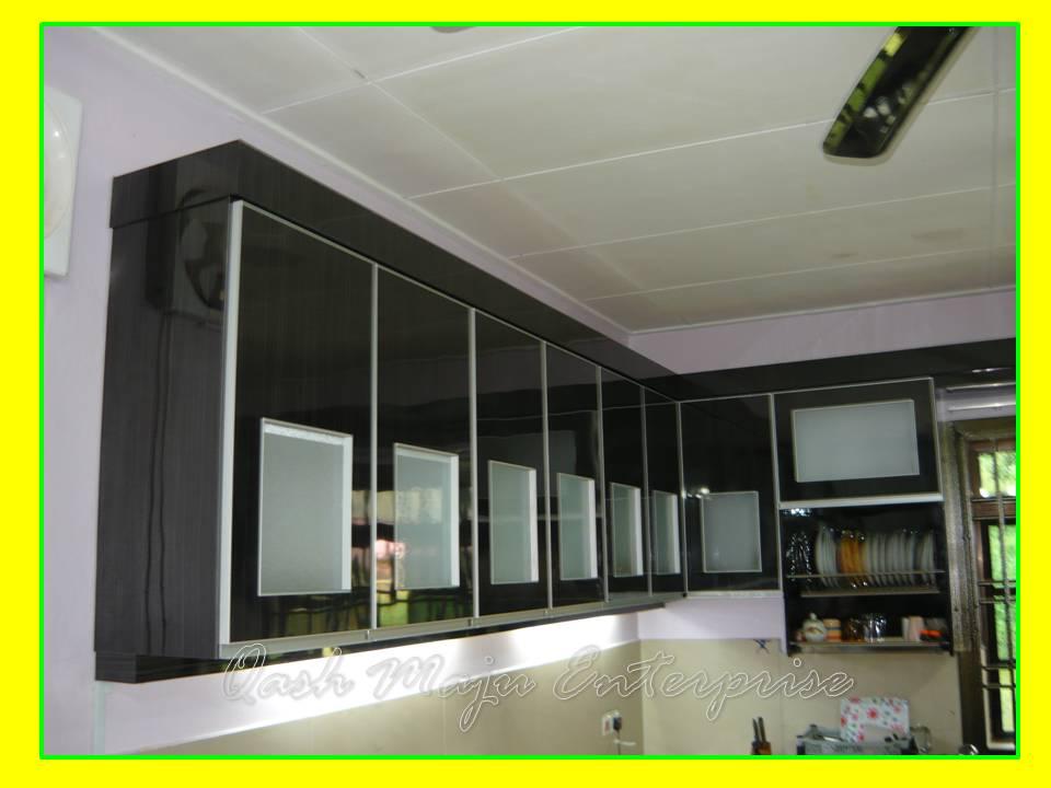 Material Yang Di Gunakan Adalah Formica Bercorak Warna Hitam Untuk Tempat Masak Dan Peti Ais Kayu Kabinet Dapur