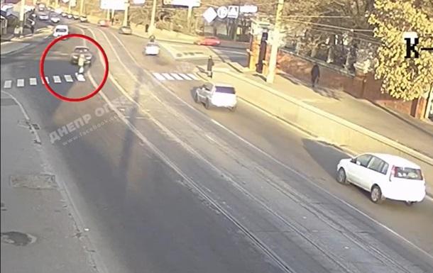 З'явилося відео, як Daewoo збив дівчину в Дніпрі