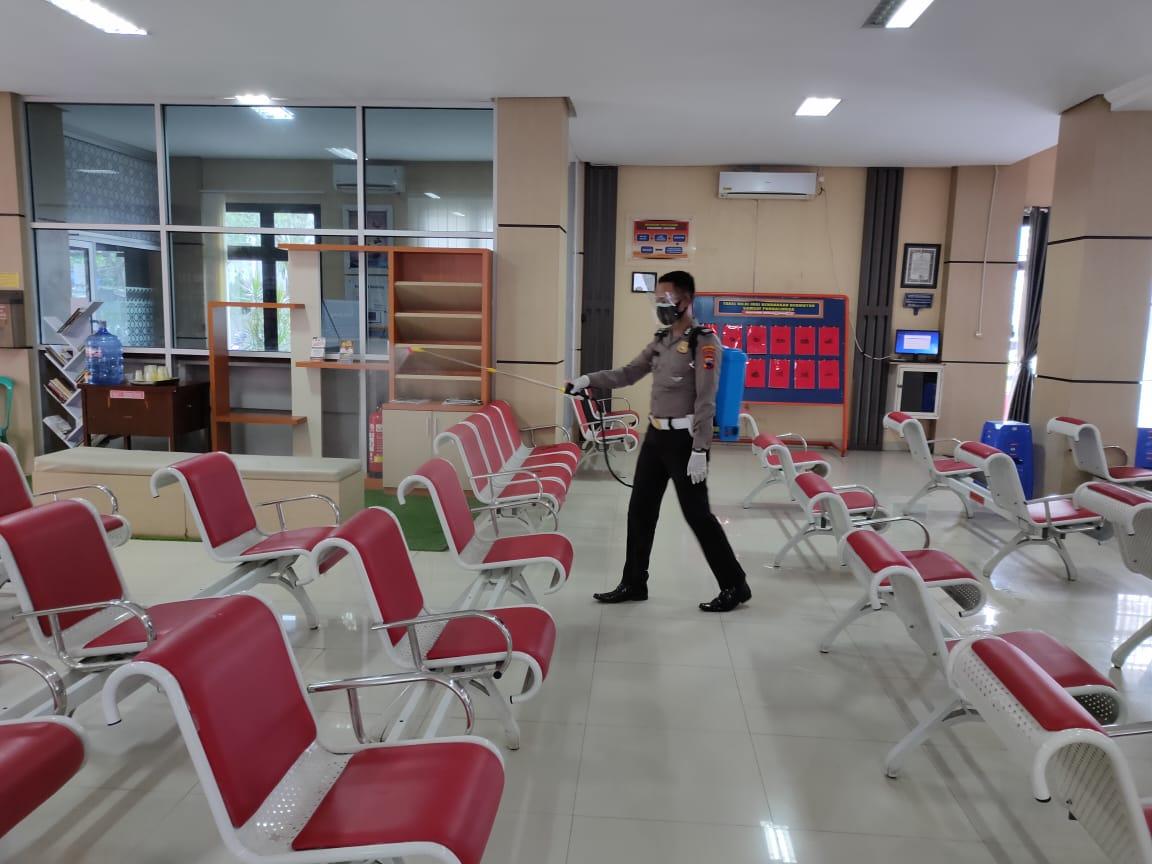 Kantor Pelayanan Satlantas Polres Purbalingga Disemprot Disinfektan