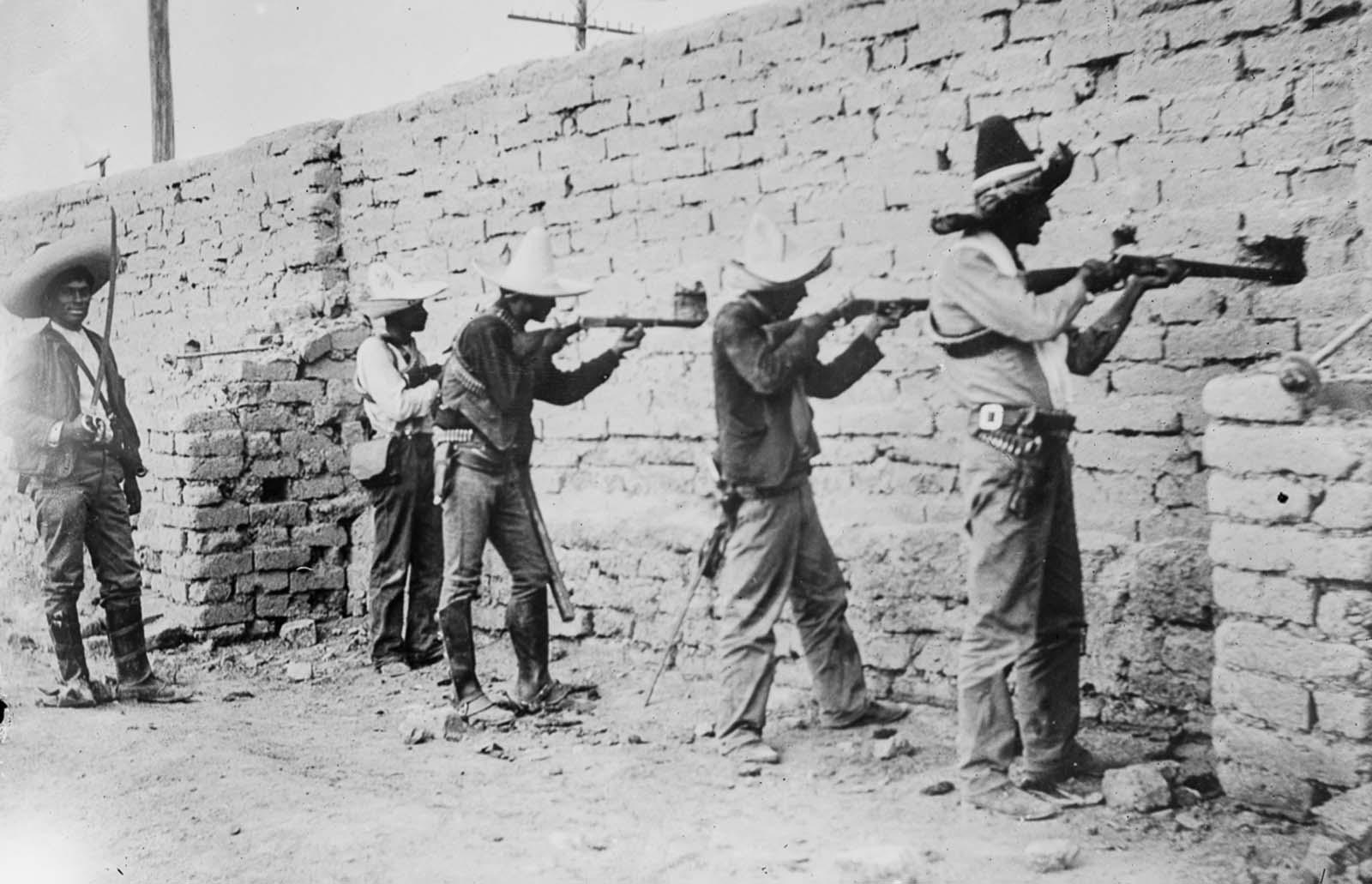 A lázadók Ciudad Juárez megerősített helyzetéből vesznek célt.