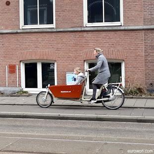 Bicicleta con carro para niños en Amsterdam