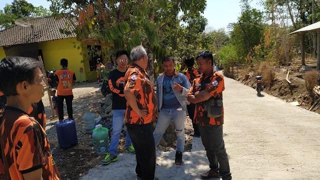 Kesulitan Air Bersih, Warga Serbu Air Bersih Dari Ormas Pemuda Pancasila