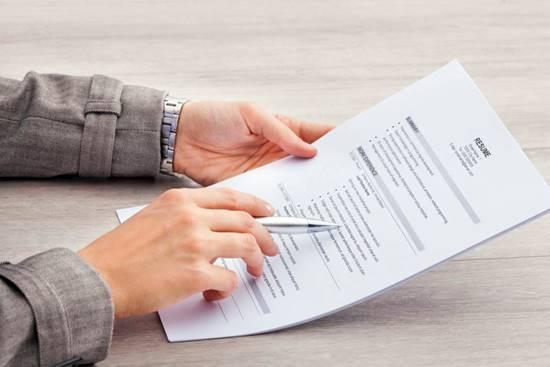 Currículo na mão: é preciso ler e reler o arquivo em busca de erros de digitação e português, que dão grande desgosto aos recrutadores, lembra especialista