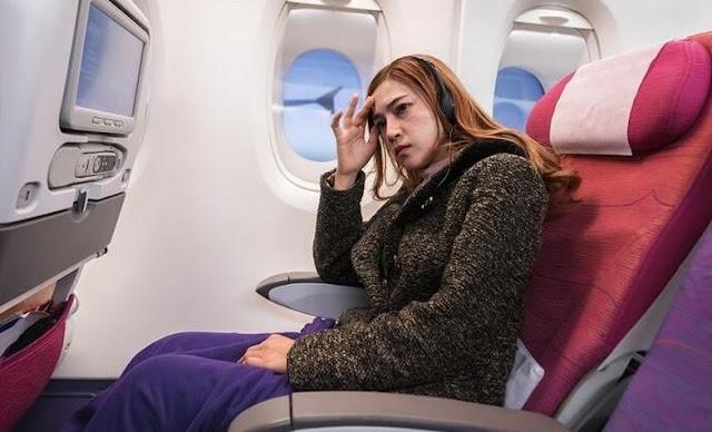 vajzë e mërzitur në avion