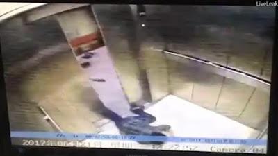 Σκληρές εικόνες: Της έκοψε το πόδι το ασανσέρ ενώ χάζευε το κινητό της