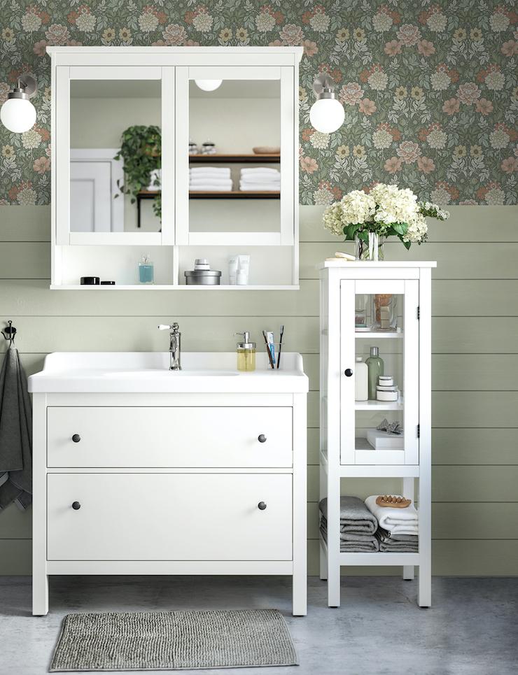 Novedades catálogo IKEA 2021 en baños: baño clásico con papel pintado.
