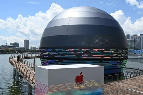 The first Apple store in the world floats on the water