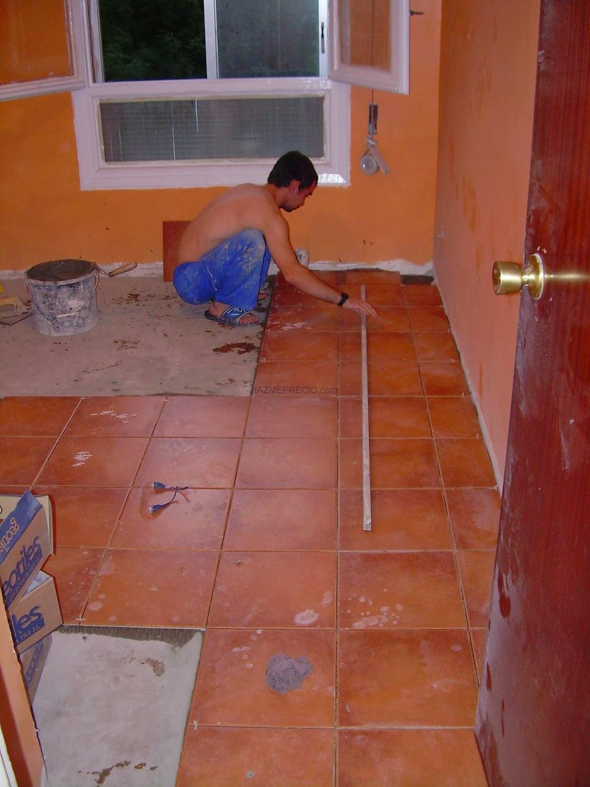 El maestro de obras xavier valderas hacer un embaldosado en el suelo - Poner baldosas suelo ...