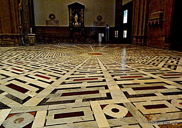 Piso em mosaico do interior do Duomo de Florença
