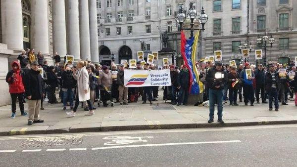 Manifestantes británicos exigen devolver a Venezuela sus reservas de oro