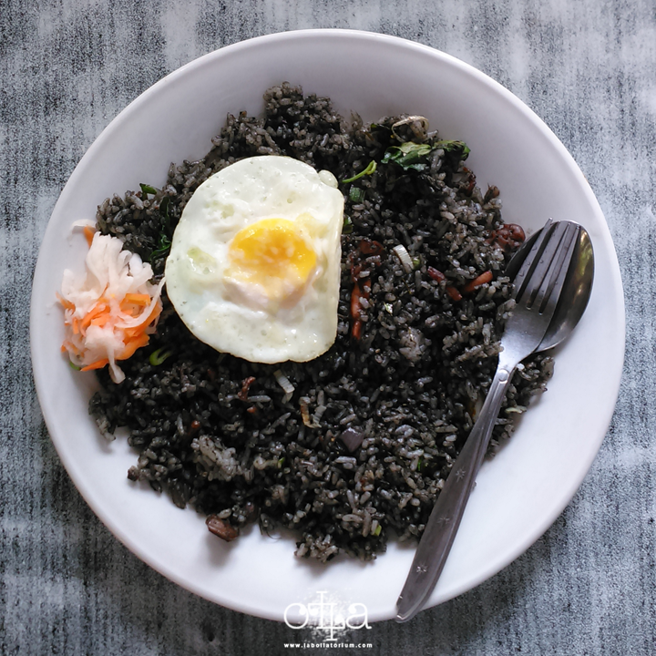 RM Legoh Bandung, Penangkal Lapar Kekinian Nasi Goreng Hitam