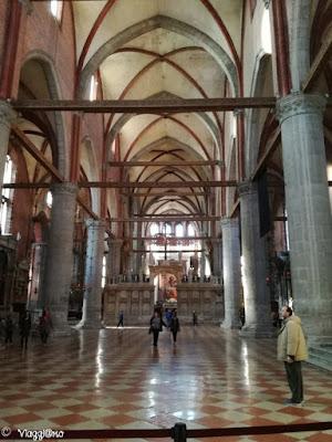 Gli interni della Basilica dei Frari di Venezia