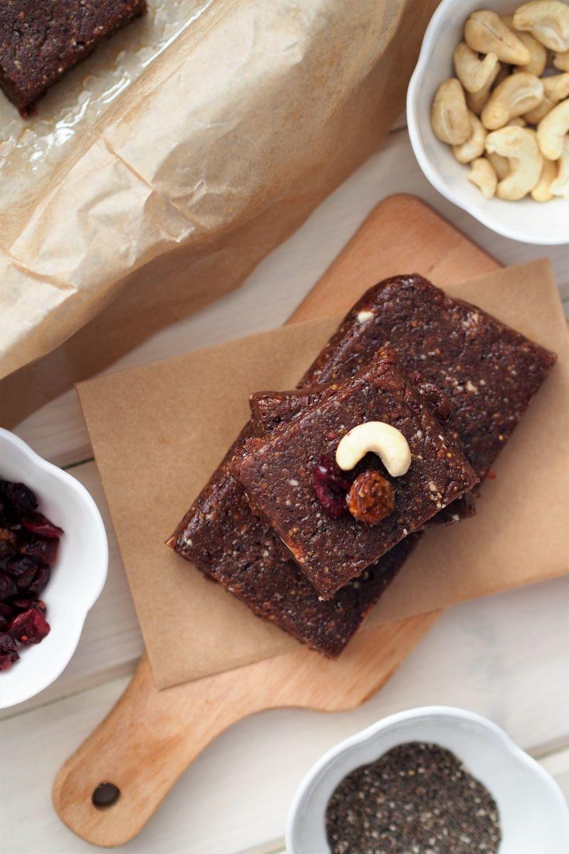 czekoladowe batoniki z masłem orzechowym, żurawiną, miechunką i chia