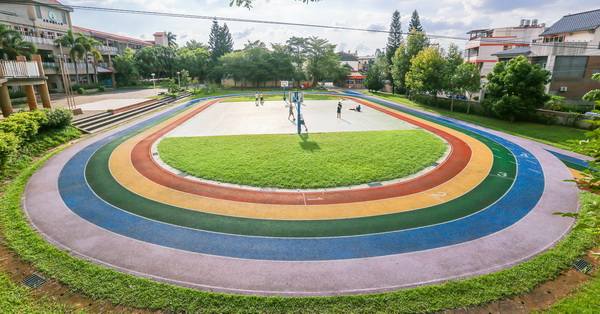 《台中.太平》車籠埔國小,擁有五色彩虹跑道的校園