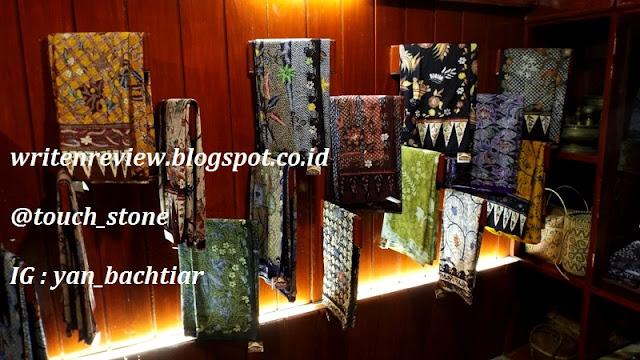 Kemudian kami melihat koleksi batik Pak Amir sang pemilik dan juga bisa  belanja batik Madura c333a5f787
