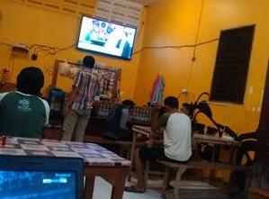 Suasana Warung Kopi dengan fasilitas TV