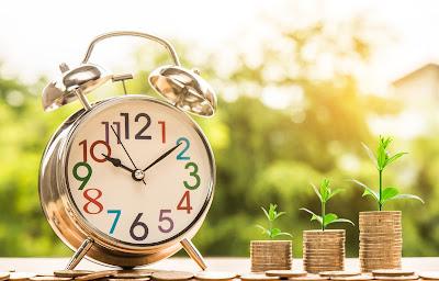 Klocka med pengar bredvid som visar hur man tjänar bra utan utbildning