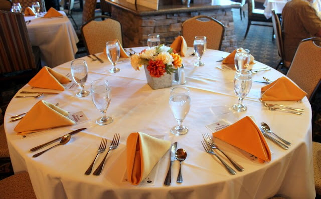 These yellow napkins are so cheerful. What a pretty tablesetting!