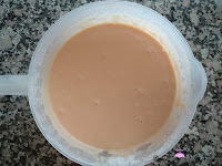 Huevos, azúcar, leche y aceite en un bol batidos en un bol
