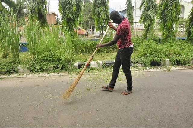Traffic offenders forced to cut grass in Edo state(More Photos below)