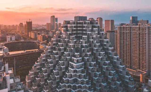 Tòa chung cư 18 tầng ở Côn Sơn (Trung Quốc) thu hút sự chú ý của nhiều người bởi kiến trúc kỳ lạ, giống kim tự tháp. Nhìn từ trên cao, công trình giống như một khối lego xếp chồng lên nhau một góc 45 độ.