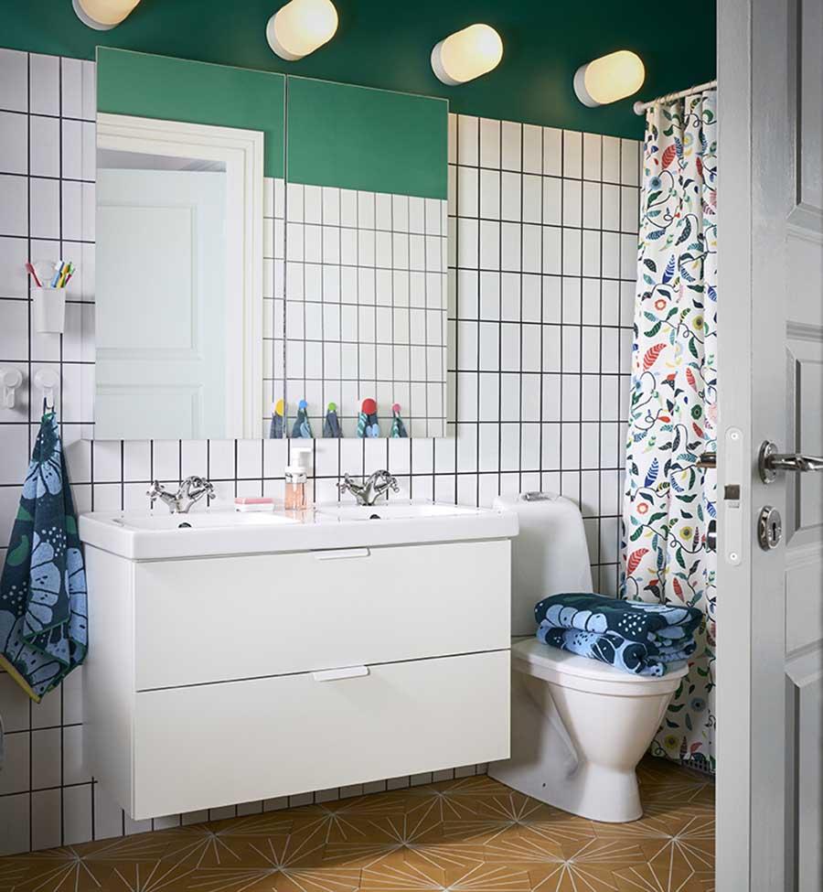 Novedades catálogo Ikea 2020 baño mueble blanco con mueble de pared espejo